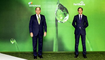 Los presidentes de Iberdrola, Ignacio Sánchez Galán (i), y Fertiberia, Javier Goñi.