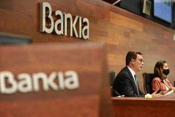 El consejero delegado de Bankia, José Sevilla, y la directora general adjunta de Comunicación y RREE, Amalia Blanco.