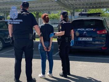 Dos agentes de la Policía Nacional conducen a la detenida.