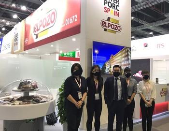 El equipo comercial de El Pozo Alimentación en Shanghái participa en Sial China. De izquierda a derecha: Sandy Huang, Alicia Yan, Xianfan Xu, Jessie Zhao y Karen Qian.