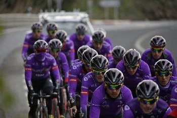 Los ciclistas del Burgos BH durante un entrenamiento en Almuñécar.