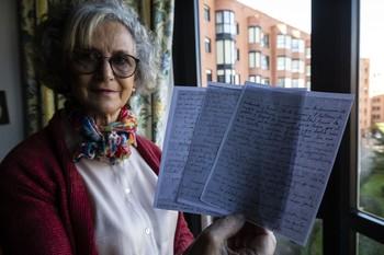 Mercedes Serrano muestra las notas tomadas por su padre, Ignacio Serrano.