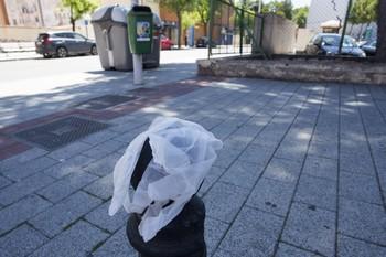 El Ayuntamiento sancionará a quien tire mascarillas al suelo