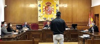 El acusado, Y. S. N. (de espaldas), este pasado lunes en su declaración en el juicio celebrado en la Audiencia Provincial.