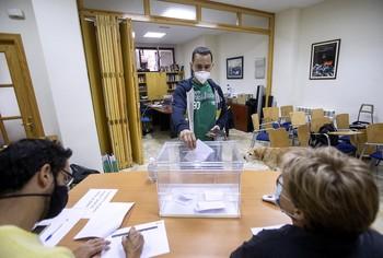 Los afiliados de IU eligen a Pérez Aragón