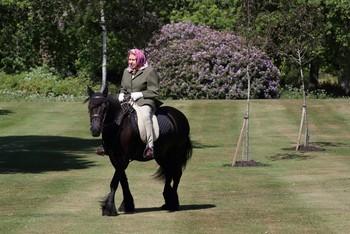 Isabel II celebra sus 67 años en el trono montando a caballo