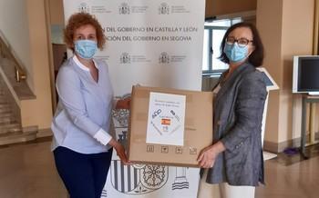La Subdelegada, Lirio Martín, entrega el lote de mascarillas a la representante de Cruz Roja