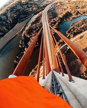 El Consistorio denunciará al escalador del puente atirantado