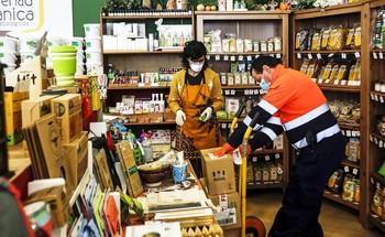 Un trabajador de TCTrans deja un pedido en una tienda de la capital.