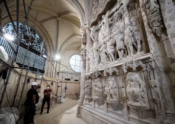 El escultor e imaginero francés Felipe Bigarny se encargó de realizar un relieve con la representación del Camino al Calvario para realzar el trasaltar de la Catedral.