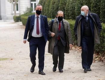 El exsecretario de Estado de Seguridad, Francisco Martínez (i) junto a sus abogados a su llegada este jueves a la Audiencia Nacional en Madrid