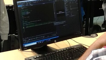 Un autónomo trabajando desde su ordenador, en una imagen de archivo.