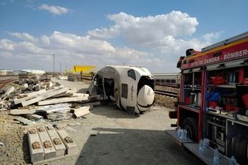 Un muerto al descarrilar un tren tras chocar con un coche