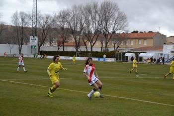 Ana Hilario presiona a una jugadora del Rayo Vallecano B.