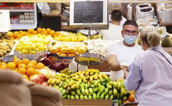 Pedro González atiende a una clienta en Frutas Pedro.