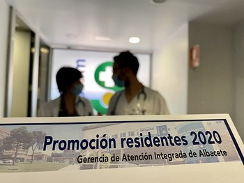 Imagen de dos residentes en formación en el Hospital General.