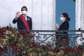 El tenista Rafael Nadal se asoma al balcón de la Casa de Correos tras recibir la Gran Cruz del Dos de Mayo