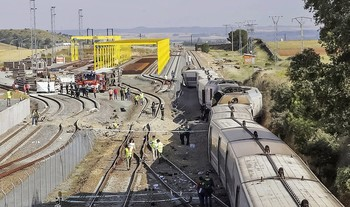 Imagen del lugar del accidente donde un Alvia descarriló tras llevarse por delante un todoterreno que se precipitó sobre la vía