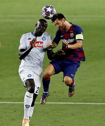 Messi recibió un fuerte golpe tras un contacto con el jugador del Nápoles Koulibaly.