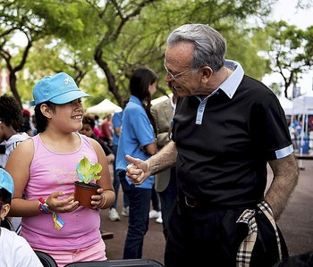 El presidente de la Fundación, Isidro Fainé, participa en un acto de voluntariado.