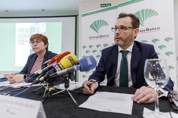 El director de Área de Unicaja Banco para Segovia y Ávila, José Manuel Matilla, y la coordinadora del informe, Felisa Becerra, presentan el informe trimestral 'Previsiones Económicas de Castilla y León', esta mañana en Segovia.