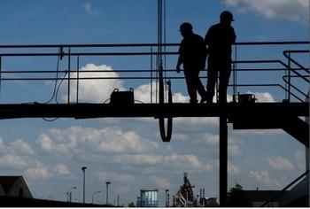 Trabajadores en una instalación industrial.