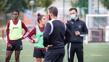 Chini Pizarro recibe instrucciones en un entrenamiento.