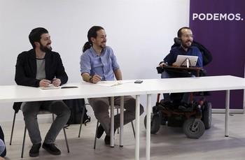 El secretario de Comunicación de Podemos, Juanma del Olmo (i), junto a Pablo Iglesias (c) y Pablo Echenique (d) durante una reunión.