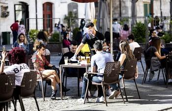 Las grandes novedades de la fase 1, la posibilidad de ir a una terraza y las reuniones de hasta 10 personas, son las que conllevan mayor riesgo de contagio.