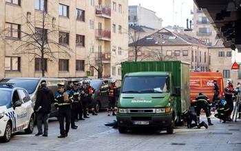 Un hombre de unos 70 años de edad falleció esta mañana tras ser atropellado por un camión de reparto en la Plaza Reina de Salamanca capital.
