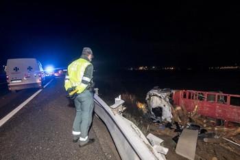 El camión, cargado con troncos, se ha salido de la vía por la margen derecha y ha quedado volcado en la cuneta.