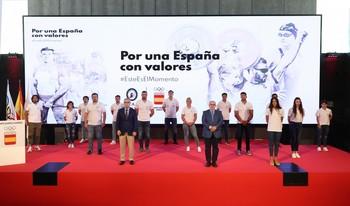 Fotos de familia, con la preceptiva distancia física, en el auditorio Goyeneche del Comité Olímpico Español.