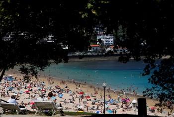La playa de Ondarreta de San Sebastián es una de las zonas más concurridas.