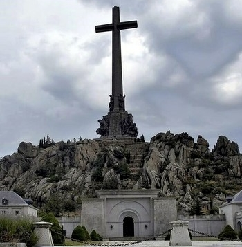 Sobre la mesa del Ejecutivo está eliminar la monumental cruz que preside el Valle de los Caídos