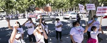 Varias familias de feriantes protestaron ayer en el Espolón, frente a la Delegación del Gobierno de España y Presidencia de La Rioja.