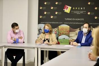 Elvira Rodríguez y Paco Núñez se reunieron con la Junta Directiva de la Asociación de Hostelería de Albacete.