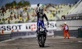 El piloto catalán celebra su triunfo en la carrera de Emilia Romagna.