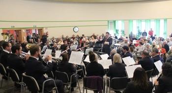 Diversos integrantes de la Banda de Haro interpretando una pieza musical.