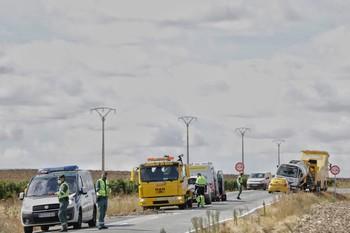 Fuga de gasóleo por el vuelco de un camión en Santiuste