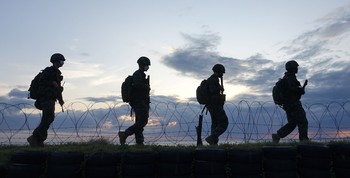 Soldados surcoreanos patrullan la frontera con Corea del Norte.
