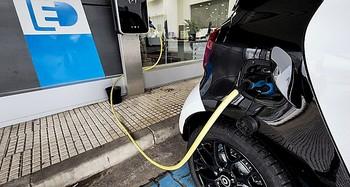 Un vehículo eléctrico conectado a un punto de recarga en Burgos.