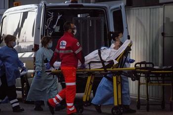 Un paciente entra en camilla al Hospital Universitario de Burgos.