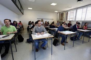 Jóvenes opositores a profesores de Secundaria se examinan en León durante el año 2015.