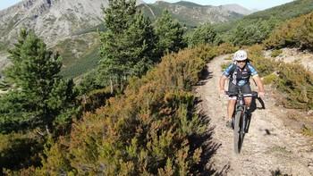 El ciclismo de montaña, junto con las rutas a pie, es una de las principales aficiones de Rollón, quien, en imagen, recorre la ladera norte de la Sierra del Brezo.