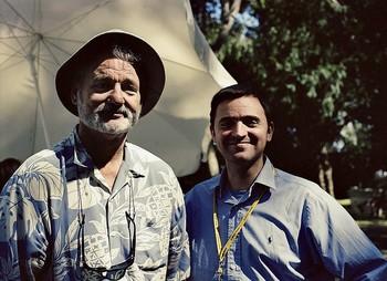 El autor de esta curiosa obra (d) posa junto a uno de sus intérpretes más admirados, Bill Murray.