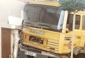 Camión empotrado en una clínica veterinaria en Villamuriel