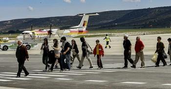 Imagen de un grupo de personas aterrizando en un aeropuerto.