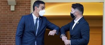 El presidente del Ejecutivo saluda al portavoz de ERC, Gabriel Rufián, uno de los partidos independentistas que apoyó la moción de censura contra Rajoy, facilitó la investidura de Sánchez y aprobará los PGE de 2021.