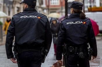 Una pareja de agentes patrullando por la ciudad.