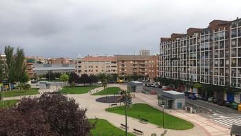 Cielo cubierto de nubes, sobre el parque Semillero de Logroño.
